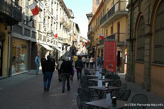 http://www.piemonte-italy.info/cuneo/cuneo-alba-2.jpg